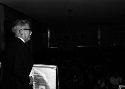 Raúl Noriega ante el público asistente a una asamblea del XVII Distrito electoral del PRI