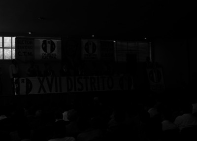 Raúl Noriega haciendo uso de la palbra, durante una asamblea del PRI, en un auditorio