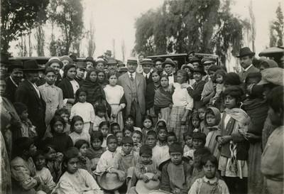 Obregón reunido con un grupo de familias humildes