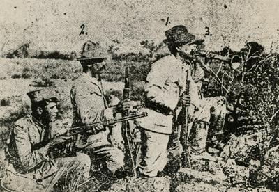 Obregón y jefes militares armados en una trinchera