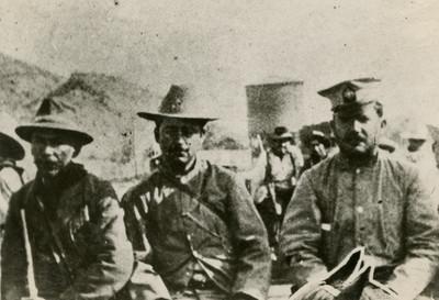 Obregón acompañado de jefes militares en un cuartel, retrato de grupo