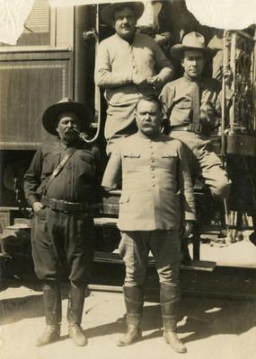Obregón en compañía de jefes militares frente a un vagón del ferrocarril, retrato de grupo