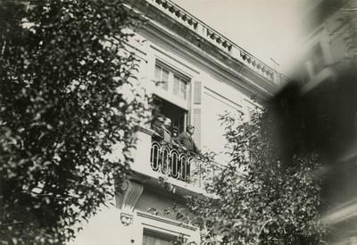 Obregón y Calles de pie en un balcón