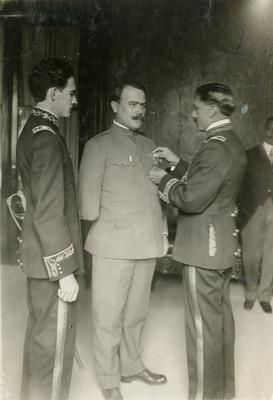Obregón es condecorado por militares