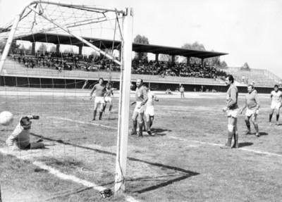 """Antonio Carbajal, """"La Tota"""" en partido de fútbol"""