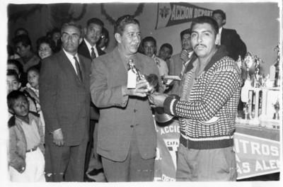 """Luis Garfias, entrega trofeo al delegado del equipo """"Magdaleña"""""""