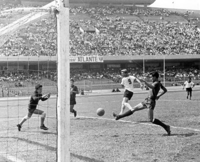 """""""Estadio de México 68"""", futbolistas juegan un partido"""