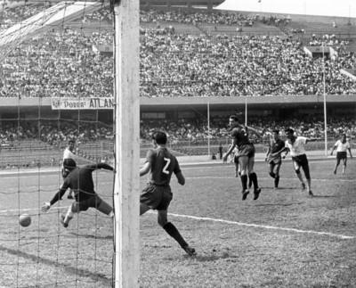 Partido de fútbol en el estadio México 68