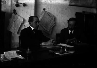 Fernando Novelo Leal es entrevistado por A. Fernández en su oficina