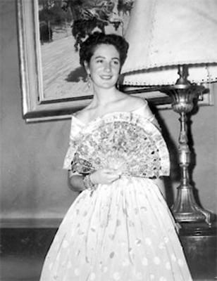 Dama mostrando un abanico