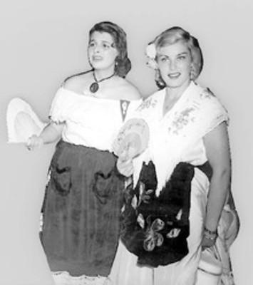 Mujeres con vestido típico