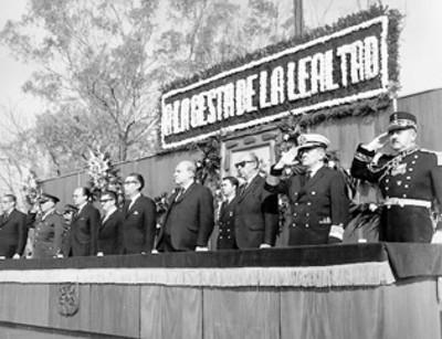 El presidente Gustavo Díaz Ordaz y miembros de su gabinete en una ceremonia a los Niños Héroes