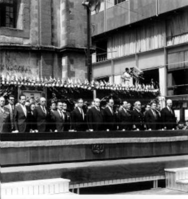 El presidente Díaz Ordaz de pie escucha los honores de ordenanza que le son rendidos al iniciarse la ceremonia conmemorativa del 96 aniversario de la muerte de Benito Juárez