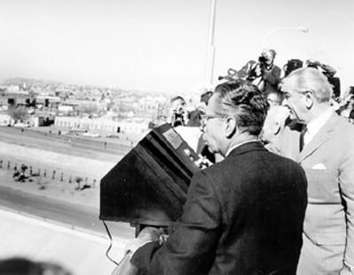 Los presidentes de México y los Estados Unidos observan desde el puente el nuevo cause del río Bravo