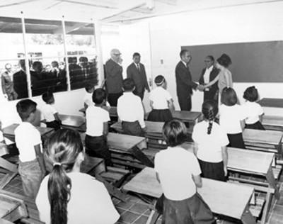 Después de develar la placa inaugural de la escuela primaria de la población el presidente Díaz Ordaz hizo un recorrido por las aulas del plantel