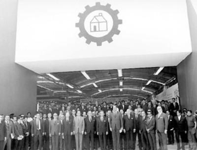 El presidente Gustavo Díaz Ordaz entre los asistentes a la inauguración de la Feria del Hogar, retrato de grupo