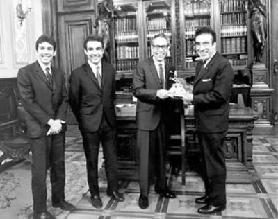 El presidente Díaz Ordaz recibe un trofeo por deportistas en su despacho de Palacio Nacional
