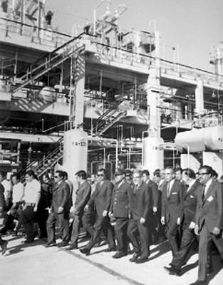 El presidente Díaz Ordaz y comitiva recorren las nuevas instalaciones construidas por PEMEX