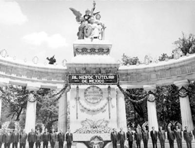 El presidente Díaz Ordaz representantes de los poderes legislativo y judicial y miembros de su gabinete hacen una guardia de honor en el monumento a Benito Juárez