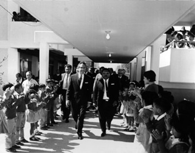 Gustavo Díaz Ordaz recorre las instalaciones escolares