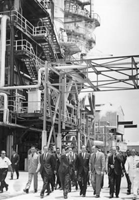 El presidente Gustavo Díaz Ordaz inauguró obras de Petróleos Mexicanos en la Refinería de Cd. Madero, se trata de tres plantas dodecilbenzeno asfalto y mezcla de asfaltos