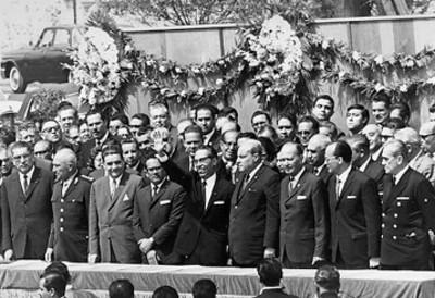 El primer mandatario acompañado de los miembros de su gabinete saluda a la gente reunida en la plaza de la Ciudadela