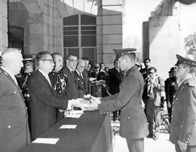 El presidente Gustavo Díaz Ordaz entregando su despacho a uno de los oficiales egresados del H. Colegio Militar en la promoción correspondiente a 1965 durante la ceremonia de inauguración de Cursos