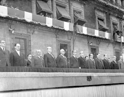 El presidente Díaz Ordaz y miembros de su gabinete presiden la ceremonia del 5 de mayo en plaza de la constitución