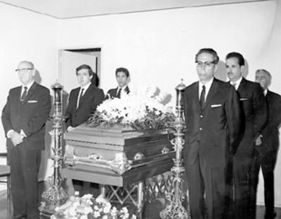 """Capilla ardiente """"Lic. Ramon Beleta"""" el presidente Díaz Ordaz hace una guardia de honor"""