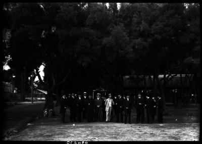 Rafael Ocampo acompañado de otros abogados en un parque durante un evento