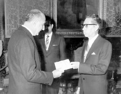 El nuevo embajador de Italia Enrico Guastone Belcredi hace entrega de los originales de sus cartas credenciales al presidente Díaz Ordaz