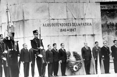 El presidente Díaz Ordaz depositó una ofrenda floral e hizo una guardia ante el monumento erigido en memoria de los Niños Héroes con motivo del CXVlll aniversario de su muerte