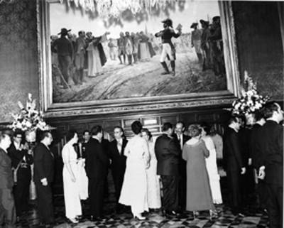 Gustavo Díaz Ordaz y su esposa saludan a los asistentes a la recepción en Palacio Nacional con motivo de las fiestas patrias