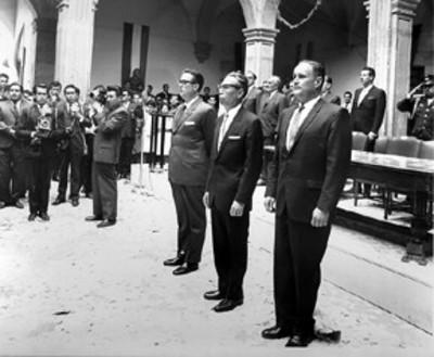 Gustavo Díaz Ordaz durante una ceremonia en el patio de una escuela