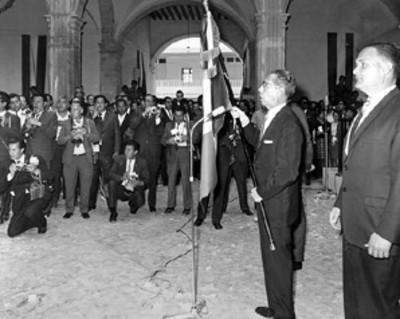 Gustavo Díaz Ordaz con la bandera durante una ceremonia escolar