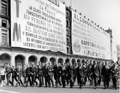 Fidel Velázquez y miembros de la CTM desfilan frente al Ayuntamiento