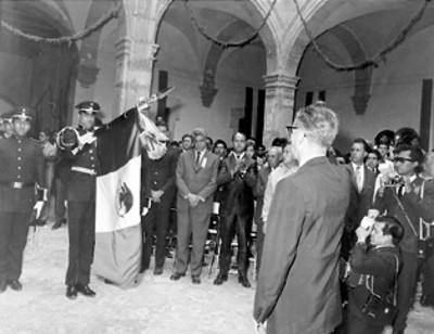 El presidente Díaz Ordaz saluda a la bandera durante la celebración del 50 aniversario de la Constitución de 1913