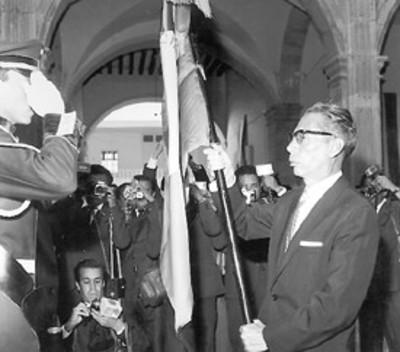 El presidente Díaz Ordaz saluda abandera a escolta en la ceremonia de su aniversario de la Constitución de 1917