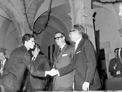 Un estudiante saluda al presidente Díaz Ordaz durante la celebración del 50 aniversario de la Constitución de 1917