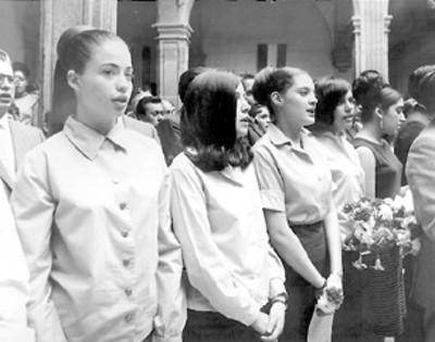 Grupo de estudiantes cantando durante la ceremonia del 50 aniversario de la Constitución de 1917