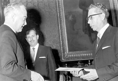 El presidente Gustavo Díaz Ordaz recibe las cartas credenciales de un embajador