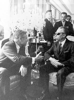 Primer mandatario Gustavo Díaz Ordaz conversa con el enviado del presidente Nixón el gobernador Nelson Rockefeller, durante la entrevista que celebraron en la residencia presidencial de Los Pinos