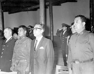 Gustavo Díaz Ordaz preside banquete en una escuela militar