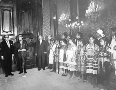 Gustavo Díaz Ordaz recibe a mujeres y hombres de Yucatán en Palacio Nacional
