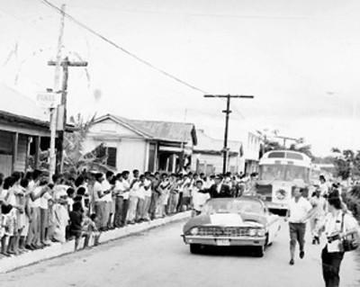 El presidente Gustavo Díaz Ordaz saluda a los pobladores desde su automóvil descubierto