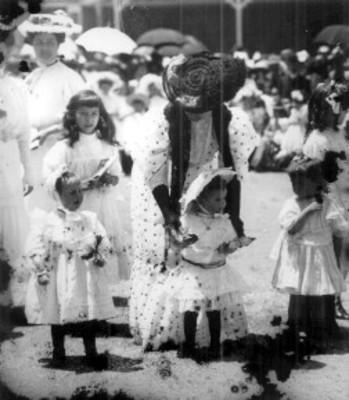 Mujeres y niñas durante la fiesta del 4 de Julio