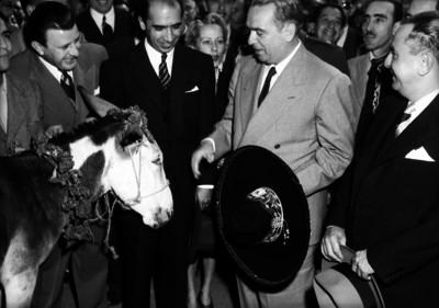 William O'Dwyer con diplomáticos en el aeropuerto, durante su recepción