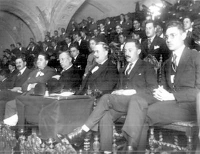 Alvaro Obregón y funcionarios presiden ceremonia en un auditorio