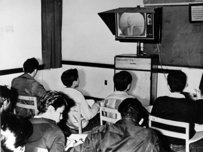 Alumnos de escuela secundaria toman clases por televisión