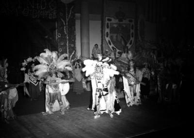 Bailarínes ejecutando una danza folclórica, durante un festival de bienvenida ofrecido a William O'Dwyer